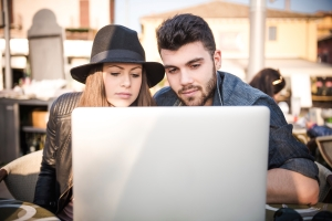 Couple-with-a-laptop-together-at-the-Cafe-000063231593_Large
